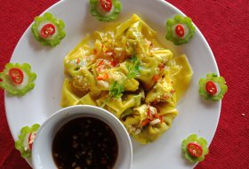 Steam Wonton with Vegetables and Garlic sauce